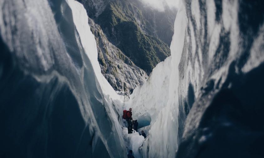 Personnes faisant de la randonnée en haute montagne